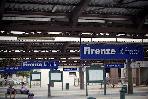 Auto entra sui binari della stazione di Rifredi: traffico ferroviario dirottato