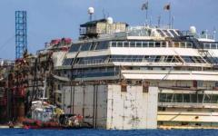 Costa Concordia, pare un miracolo: il relitto riemerge di 4 metri