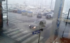 Versilia, nubifragio al mare: ombrelloni spazzati via, traffico nel caos. Tromba d'aria a Marina di Pietrasanta