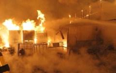 Firenze, si cercano i possibili piromani dell'incendio alla fabbrica di vernici di Rovezzano