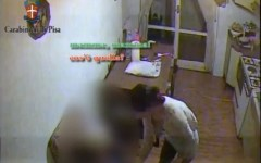 Pisa, badante marocchina picchia anziana di 92 anni. Una telecamera la riprende. Arrestata (VIDEO)