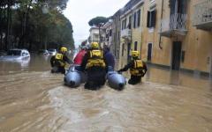 Maltempo in Toscana: ancora nubifragi. Domani 11 novembre scuole chiuse a Massa, Carrara e Versilia. Dalla Regione 5 mila euro alle famiglie...