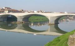 Firenze, si getta in Arno dal ponte alla Vittoria. Salvata in tempo dai vigili del fuoco
