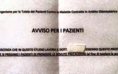 Massa, cartello sulla porta del dentista: «È gay, attenti alla salute»