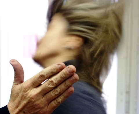 La donna, perseguitata dal marito con violenze e percosse, è stata medicata in ospedale