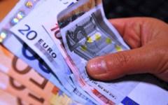Fisco, nuova tassa sui contanti versati in banca: scatta oltre i 200 euro