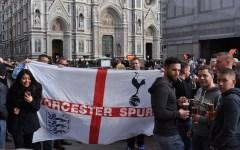 Europa League, Firenze: tifosi del Tottenham festanti (e brindanti) davanti al Duomo. In attesa che Lamela e Kane se la vedano con Gomez e S...