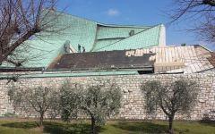 Maltempo, Toscana: al lavoro sul tetto della chiesa di Michelucci, sull'A1, per riparare la ferita del vento. Pellegrinaggio di automobilist...