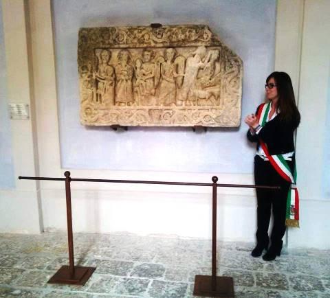"""San Quirico, il bassorilievo romanico riportato """"a casa"""" (foto Facebook Comune di S. Quirico)"""