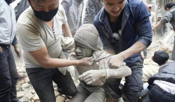 Terremoto in Nepal, il recupero di un uomo travolto dalle macerie