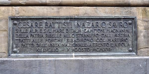 Una delle lapidi sul monumento ai Caduti in piazza dell'Unità d'Italia a Firenze