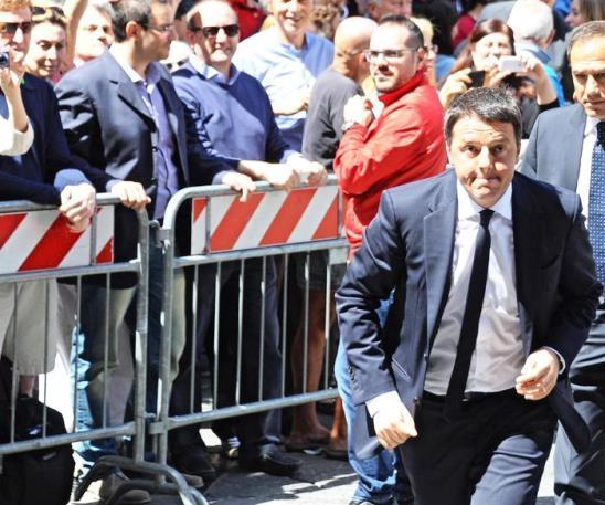 Firenze, Renzi arriva trafelato, in leggero ritardo, a Palazzo Vecchio