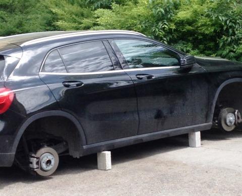 Furto di pneumatici alle auto in sosta