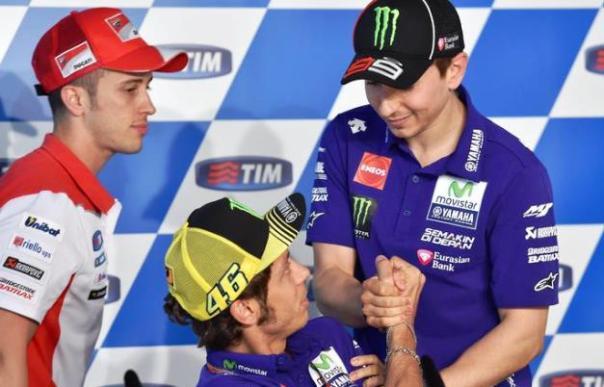 Motomondiale al Mugello, Lorenzo (a destra) e Rossi (al centro)