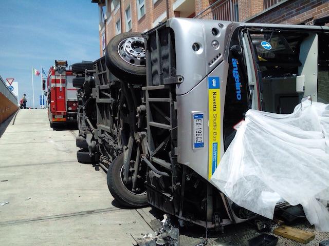 Il bus dopo in tragico ribaltamento