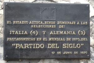 L targa murata nello stadio Atzeca di Città del Messico a ricordo della partita del secolo
