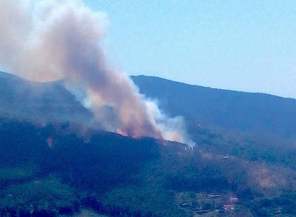 La lunga colonna di fumo sul monte Serra
