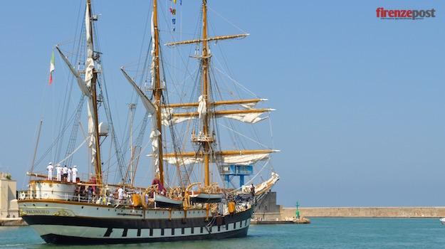 Nave Palinuro sta lasciando il porto di Livorno