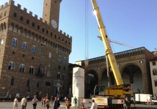 Piazza Signoria, il grande blocco di marmo per la Settimana Michelangiolesca