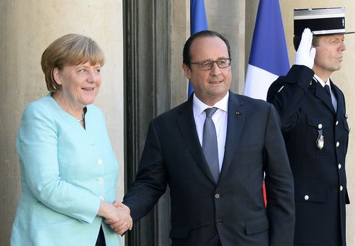 """French President Francois Hollande (C) welcomes German Chancellor Angela Merkel (L) at the Elysee Palace on June 6, 2015, in Paris.  The two leaders will hold a working dinner to """"evaluate the consequences of the referendum in Greece"""" on whether to accept tough bailout conditions, Paris said in a statement.  AFP PHOTO  /  BERTRAND GUAY"""