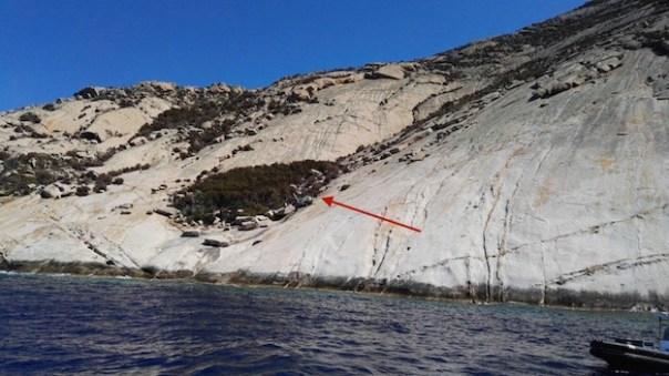 Il costone di roccia dove è precipitato l'elicottero della Forestale a Montecristo