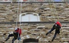 Firenze: tecnici alpinisti scalano Palazzo vecchio per montare il parafulmine (Foto)