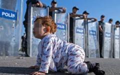 Immigrazione, ecco un'altra foto simbolo: la bambina carponi davanti ai militari