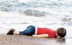 Immigrazione, foto choc: bimbo morto sulla spiaggia turca e i profughi marchiati a Breclav