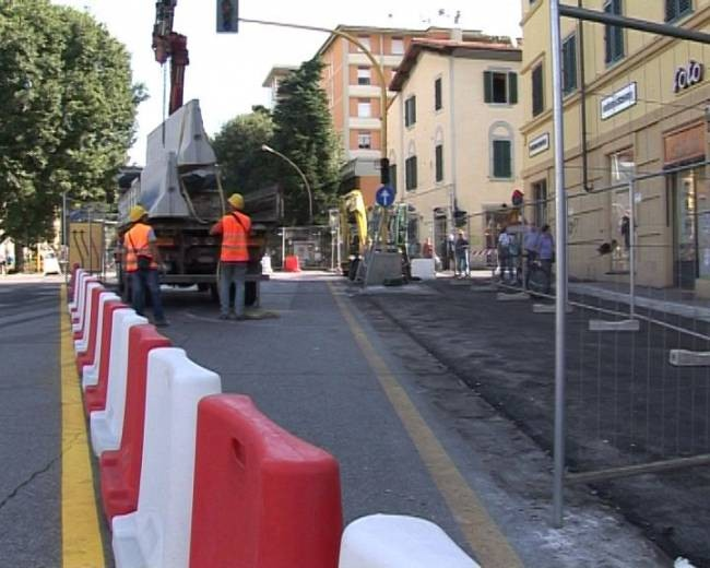 Firenze, si rompe tubo dell'acqua: chiusa corsia di viale Morgagni