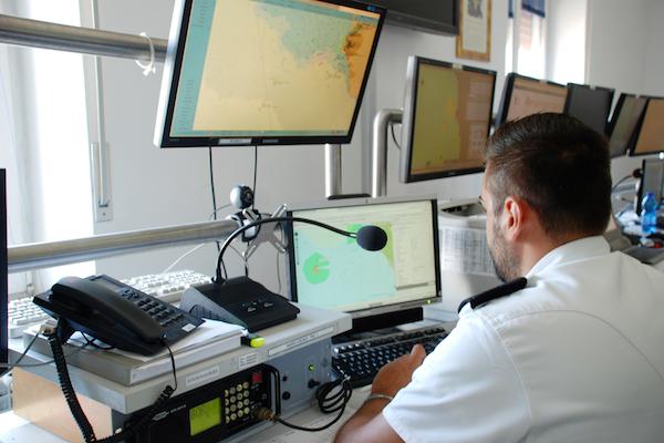 Un operatore della sala operativa della Guardia Costiera a Livorno