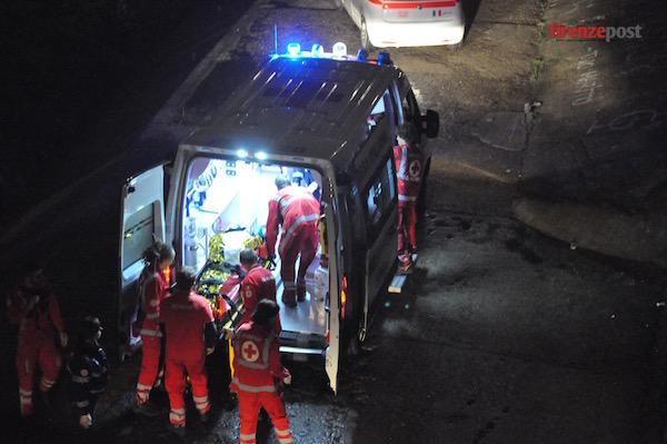 Il tunisino ormai salvo viene trasportato in ospedale