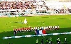 Attentati di Parigi, bandiere a lutto da Prato a Pisa. A Livorno la Marsigliese prima della partita