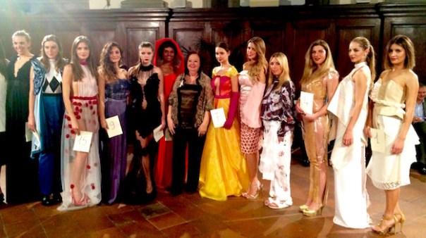 La stilista Pola Cecchi al centro con le modelle che hanno sfilato al Palagio di Parte Guelfa