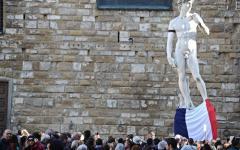 Firenze: il cordoglio dei fiorentini davanti al Consolato di Francia. Il David con il lutto al braccio