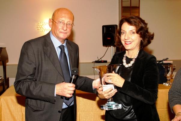 Il presidente dell'Ast, SAndro Bennucci premia Antoine Liris per il tramite della console francese a Firenze, Isabelle Maillez