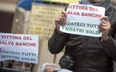 Roma, risparmiatori vittime del salva-banche: domenica 31 gennaio protesta in piazza Santi Apostoli