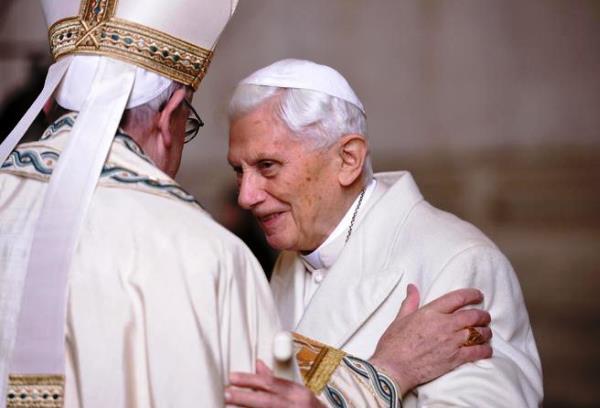 Papa Francesco e papa Benedetto XVI si incontrano davanti alla Porta Santa