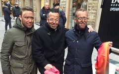 Firenze, il leghista Buonanno si tinge la faccia di nero: per fare il venditore abusivo