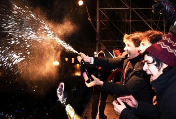 Capodanno 2016, Dario Nardella stappa lo spumante in piazza Pitti