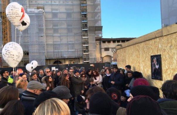 Firenze, flash mob per ricordare il rocker David Bowie (foto Twitter - @e_susini)