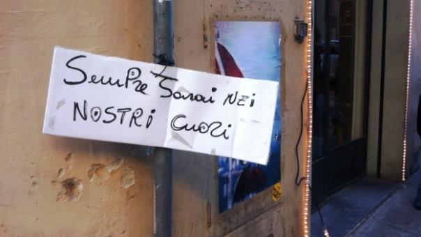 Firenze, in via Santa Monaca un cartello a pochi metri dall'abitazione in cui è stata uccisa Ashley Olsen
