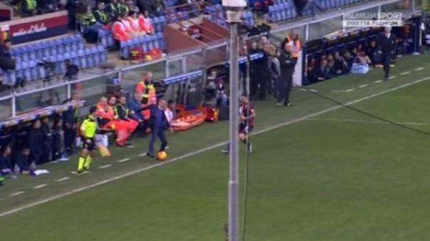Genoa-Fiorentina, Paulo Sousa ferma la palla a bordo campo e l'arbitro lo espelle (foto Twitter @Sport_Mediaset)