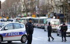Parigi: ucciso dalla polizia presunto attentatore. Tentava di entrare armato in un commissariato