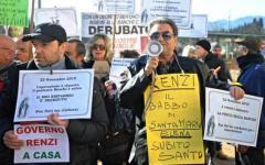 Firenze: celebrato nel paese di Renzi, Rignano sull'Arno, il funerale del risparmio dagli obbligazionisti di Banca Etruria