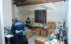 Prato: famiglia rom affitta il suo appartamento a azienda cinese abusiva e abita in camper. Sequestrati entrambi