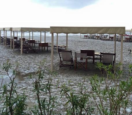 Maltempo: grandinata sulla spiaggia di Massa