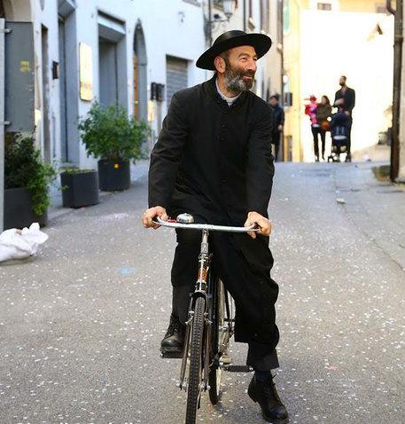 Giro: prete-ciclista propone, 1 cent a km in beneficenza