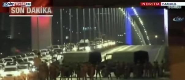 Il fermo immagine tratto da Sky Tg24 mostra l'esercito turco mentre chiude l'accesso a due ponti sul Bosforo a Istanbul, 15 luglio 2016. ANSA/FERMO IMMAGINE SKY TG24 +++EDITORIAL USE ONLY - NO SALES+++