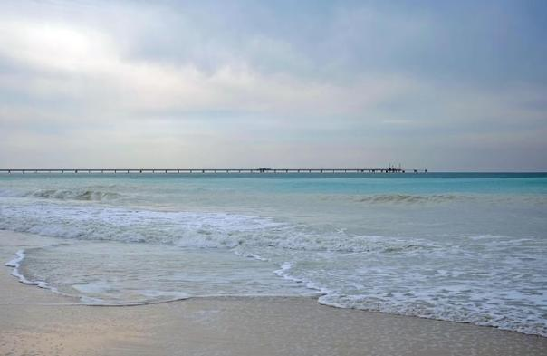 La spiaggia di Rosignano Solvay (Livorno) vicina ad un grosso stabilimento di Solvay, un?azienda belga che produce materiali chimici e farmaceutici (come la soda o il bicarbonato) che ha sempre scaricato in mare gli scarti chimici risultati dalla produzione di soda rendendo l'acqua del mare e la spiaggia più chiari del normale, Livorno, 1 marzo 2015. ANSA/ALESSANDRO DI MEO