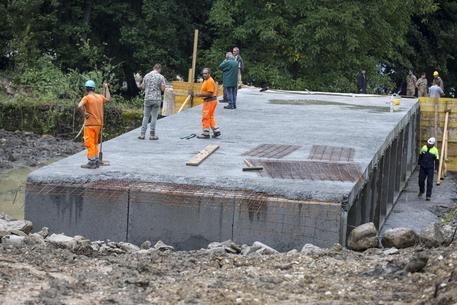 """Lavori per il nuovo ponte """"Tre occhi"""" ad Amatrice (Rieti), 31 agosto 2016. ANSA/MASSIMO PERCOSSI"""